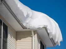 Tração da neve no telhado imagem de stock