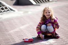 Tração de sorriso da menina na rua Fotografia de Stock Royalty Free
