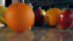 Tração do foco de frutos sortidos video estoque