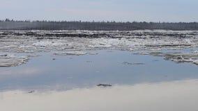 Tração do gelo no rio em Sibéria filme