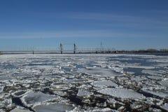 Tração do gelo no rio na primavera Fotos de Stock