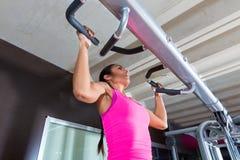 A tração levanta levanta a menina do exercício do exercício no gym fotos de stock