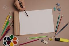 Tração no bloco de desenho Opinião superior do espaço de trabalho criativo do artista Fundo da pintura, artigos de papelaria da a imagem de stock royalty free