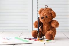 Tração que aprende, peluche da criança com pinturas Fotografia de Stock Royalty Free