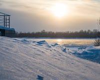 Trações e rio não congelado Ob, Novosibirsk, Rússia foto de stock royalty free