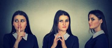 Traçage sournoise, astucieuse, intrigante de jeune femme quelque chose photos stock