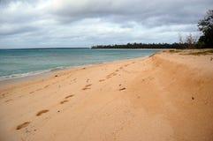 Traço de pés na praia Fotos de Stock