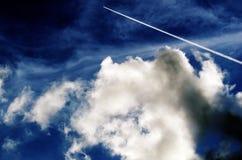 Traço do avião no céu nebuloso imagem de stock