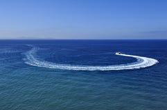 Traço do barco de motor na água azul Fotografia de Stock