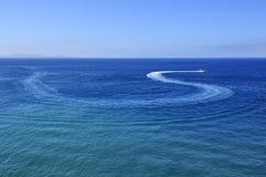 Traço do barco de motor na água azul Imagem de Stock