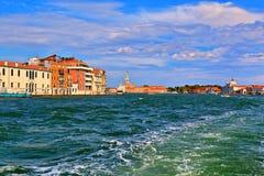 Traço do barco na água Veneza, Italy Foto de Stock