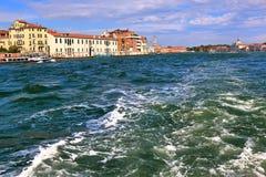 Traço do barco na água Veneza, Italy Foto de Stock Royalty Free