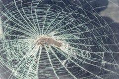 traço no para-brisa da cabeça do passageiro do carro em um acidente ou em uma colisão com um obstáculo cabeça de vidro quebrada imagens de stock