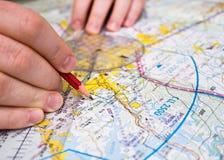 Traço piloto um curso em um mapa Imagens de Stock Royalty Free