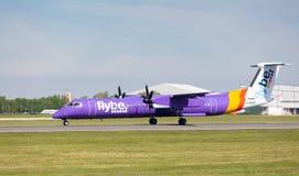 Traço 8 Q400 do bombardeiro de Flybe que prepara-se para decolar no aeroporto de Manchester Imagens de Stock Royalty Free
