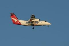 Traço 8 Q200r do bombardeiro das linhas aéreas de Qantas na aproximação final a Sydney Airport o 23 de maio de 2017 Fotografia de Stock Royalty Free