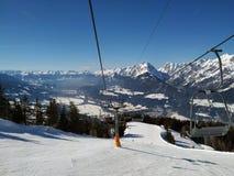 Traços da neve sobre Alp Mountain imagens de stock royalty free