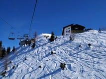 Traços da neve sobre Alp Mountain imagem de stock