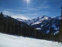 Traços da neve sobre Alp Mountain fotografia de stock