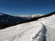Traços da neve sobre Alp Mountain imagens de stock