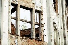 Traços de balas na construção destruída Imagens de Stock Royalty Free