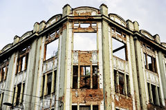 Traços de balas na construção destruída Foto de Stock