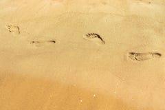 Traços de pés humanos na areia Fotos de Stock
