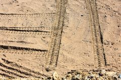 Traços de passos do pneu na areia imagens de stock