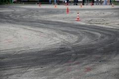 Traços de pneus após o carro que deriva no asfalto Foto de Stock