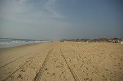 Traços de rodas de carro na praia na Índia foto de stock