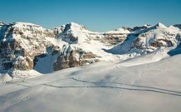 Traços do esqui na neve da montanha alta Imagens de Stock