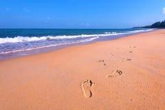 Traços do ser humano na areia Fotos de Stock
