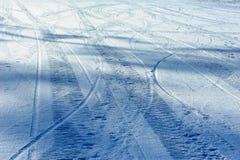 Traços na neve azul imagens de stock royalty free