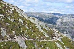 Traînée à Kjeragbolten, montagne Rogoland, Norvège de Kjerag Photo stock