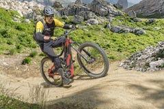 Traînée ascendante de cavalier de vélo d'E photographie stock libre de droits