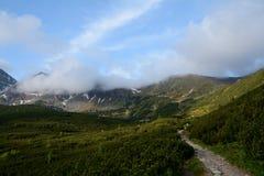 Traînée, crêtes et nuages en vallée de Gasienicowa Photos stock