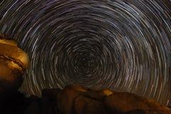 Traînée d'étoile au-dessus de Joshua Tree National Park photo stock
