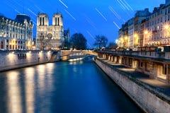 Traînée d'étoile chez Notre Dame photo stock