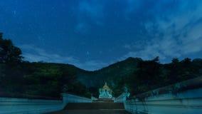 Traînée d'étoile sur le temple dans la nuit clips vidéos