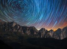 Traînée d'étoile sur les montagnes photos libres de droits