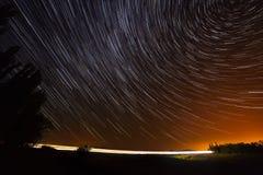 Traînée d'étoile sur les véhicules légers lumineux par route Images libres de droits