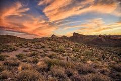 Traînée d'Apache aux lumières de coucher du soleil, Arizona photo libre de droits