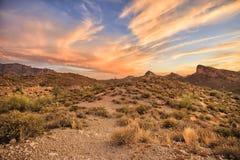 Traînée d'Apache - l'itinéraire historique au coucher du soleil s'allume, l'Arizona image libre de droits