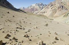 Traînée dans toute la région sauvage de montagne Photographie stock