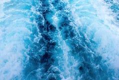 Traînée de bateau d'eau de mer avec la vague mousseuse blanche Voyage tropical de ferry d'îles Photographie stock libre de droits
