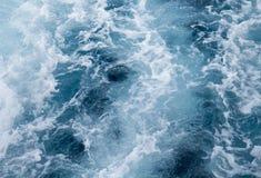 Traînée de bateau d'eau de mer avec la vague mousseuse Voyage tropical de ferry d'îles Image libre de droits