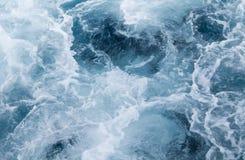 Traînée de bateau d'eau de mer avec la vague mousseuse Voyage tropical de ferry d'îles Photos stock