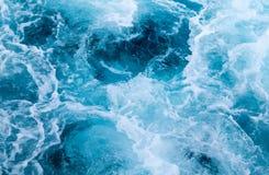 Traînée de bateau de mer avec la vague mousseuse Voyage tropical de ferry d'îles Traînée d'eau de mer de Cruiseliner Photo libre de droits