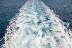 Traînée de bateau en mer Images stock