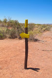 Traînée de désert et signe de flèche de direction Image libre de droits